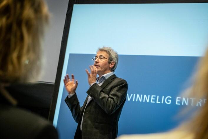 Leo Grünfeld legger frem rapporten om kvinnelige entreprenører som Menon Economics har skrevet for Innovasjon Norge. Foto: Vilde Mebust Erichsen