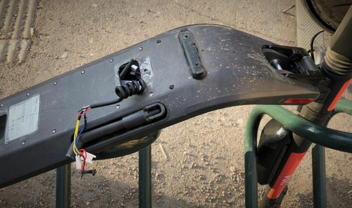 Flere el-sparkesykler har blitt funnet med ledningene revet ut. Dette gjør at sparkesykkelen ikke blir tilgjengelig i appen, men at den kan brukes som en vanlig sparkesykkel. Foto: Per-Ivar Nikolaisen