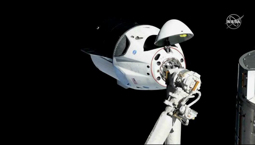 Et bilde fra 3. mars viser en Crew Dragon-kapsel fra selskapet SpaceX ved Den internasjonale romstasjonen. Den vellykkede testturen foregikk uten mannskap. Det er nå bekreftet at en slik romkapsel ble fullstendig ødelagt i en eksplosjon på Cape Canaveral 20. april. Foto: NASA via AP / NTB scanpix