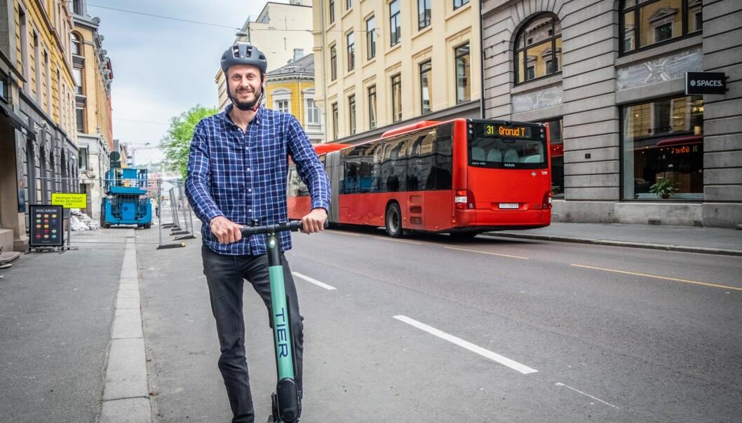 Den tyske gründeren og lederen av el-sparkesykkelselskapet Tier, Lawrence Leuschner, her på et Oslo-besøk før sommeren. Foto: Magnus Peter Harnes