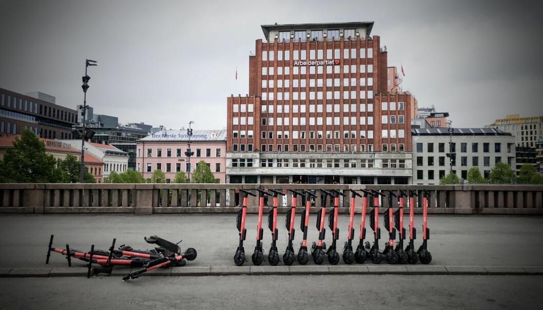 Ikke alle sparkesykler (i dette tilfellet Voi) står oppreist. Foto: Per-Ivar Nikolaisen