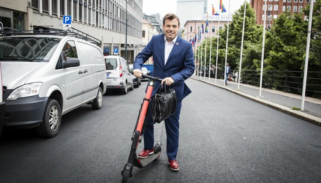Pål T. Næss er en hyppig bruker av de nye sparkesyklene, nå bærer det til Fornebu der det ikke er så tett mellom syklene. Foto: Per-Ivar Nikolaisen