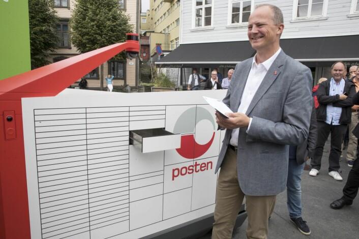 Daværende Samferdselsminister Ketil Solvik Olsen fikk det første brevet fra Postens Brev og pakke-robot da den ble lansert i fjor. Foto: Terje Pedersen / NTB scanpix