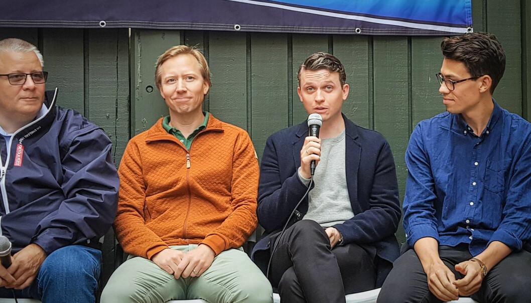 Bård Hoksrud (FrP) diskuterte el-sparkesykkeltrenden med aktørene. Andreas Strømsheim-Aamodt fra Zvipp, Lars Christian Grødem-Olsen fra Tier og Eric Andre fra Voi. Foto: Coxit