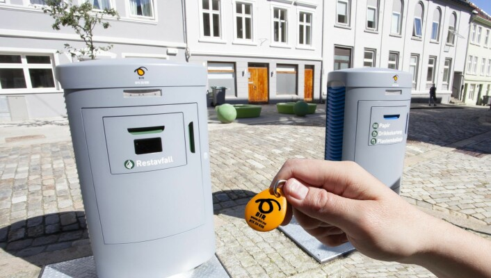 Brukerne må låse opp med en egen elektronisk brikke for å kaste søppelet, slik holder renovasjonsselskapet tellingen på om man kommer over maksantallet i måneden.