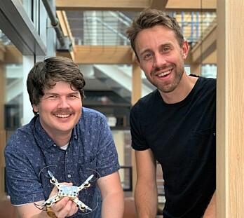 Henning Pedersen og Steinar Holøs har lenge hatt interesse for å bygge ting. Nå hjelper de elever med å gjøre det samme. Foto: MakeKit