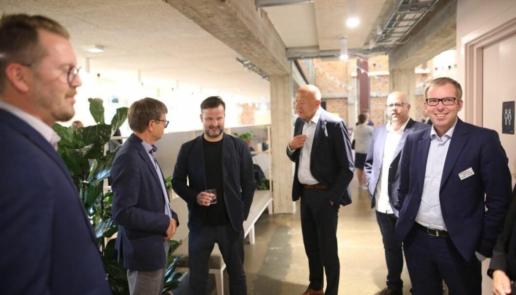 Are Traasdahl i samtale med Torger Reve (til venstre). Innovasjon Norge-sjef, Håkon Haugli, til høyre, deltok også på åpningen av Share. Foto: Lucas Weldeghebriel