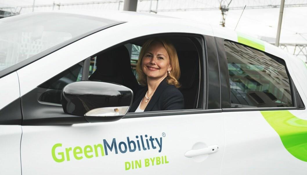Konserndirektør for mobilitet og reiseliv i Vy, Synne Homble, her i en av Vys bybiler. Foto: Mads Kristiansen / Vy