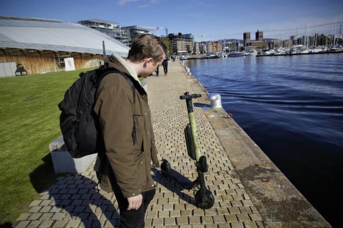 Lars Christian Grødem-Olsen i Tier synes det er trist å hente opp sparkesykler fra sjøen. Foto: Torill Henriksen