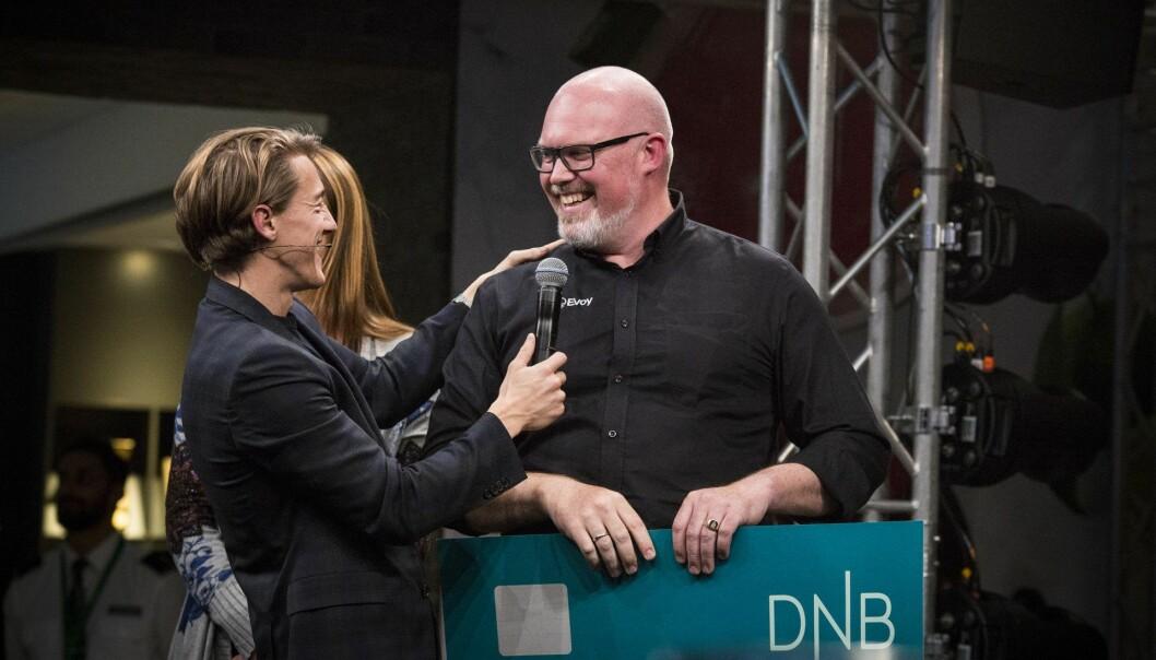 Leif Stavøstrand gratuleres av konferansier Matthew Smith på startupkonkerransen 100 Pitches under DNB NXT-konferansen. Foto: Per-Ivar Nikolaisen