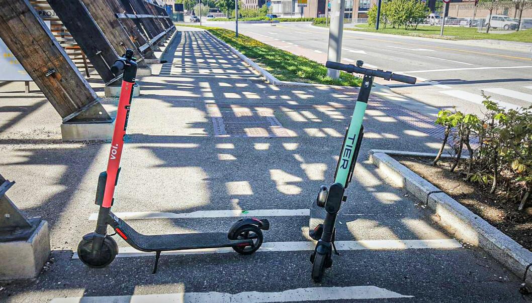 Bymiljøetaten vil politiet skal fjerne dårlig parkerte sparkesykler, og bøtelegge selskapene. Foto: Torill Henriksen