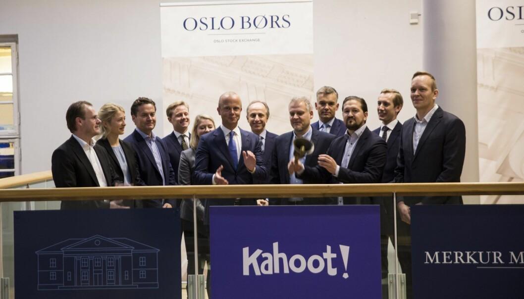 Daglig leder Åsmund Furuseth i Kahoot ringer i bjella på Oslo Børs torsdag 10. oktober 2019. Selskapet ble notert på Merkur Market.