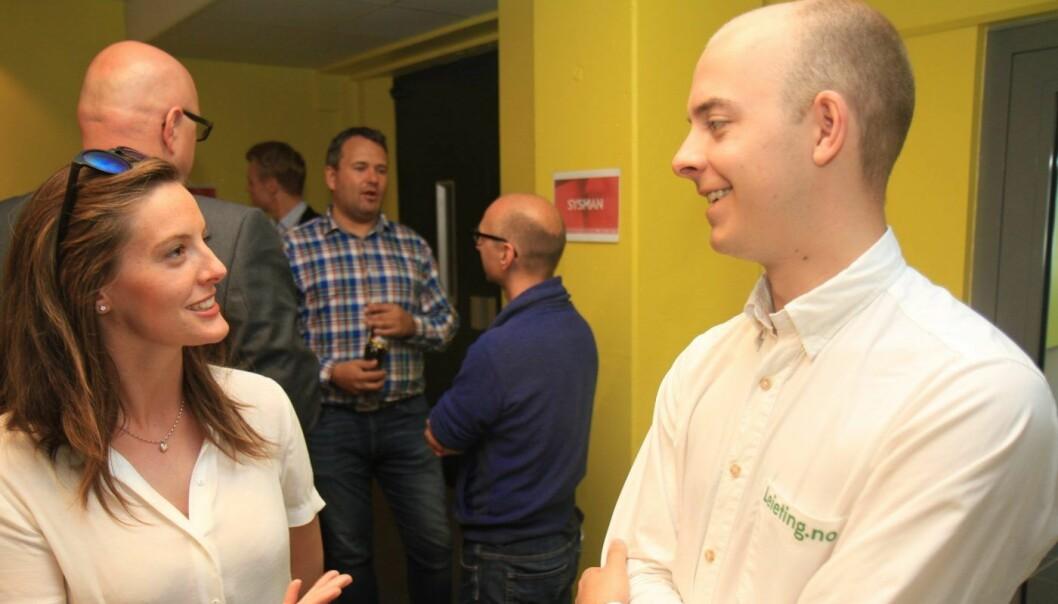HODEJAKT: Kathinka Helland Nordmo (26) og Christer Hansen Eriksen (26), daglig leder i leieting.no, diskuterer jobbmuligheter i oppstartbedriften. Foto: Lucas H. Weldeghebriel