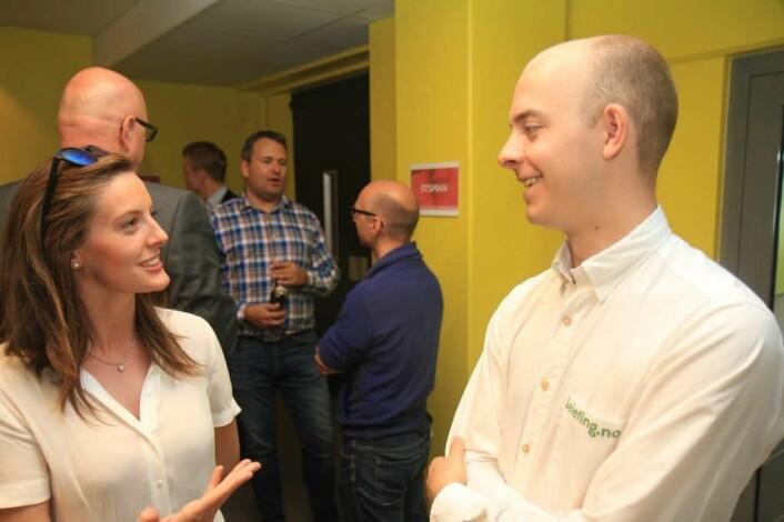 Kathinka Helland Nordmo (26) og Christer Hansen Eriksen (26), daglig leder i leieting.no, diskuterer jobbmuligheter i oppstartbedriften. Foto: Lucas H. Weldeghebriel