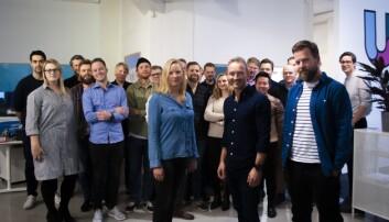 Urban Sharing fyller opp med ansatte i nye lokaler.  I front COO Liisa Andersson, CEO Marius Olsen og CTO Johan Høgåsen-Hallesby. Foto: Torill Henriksen
