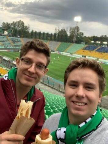 Gründer Marius Norheim (t.v.) og utvikler Jan Runo i Investant Tech og Trademate Sports var ikke uten videre imponert over ukrainsk elitefotball, men mener fortsatt at de kan spå utfallet av kampene bedre enn bookmakerne.