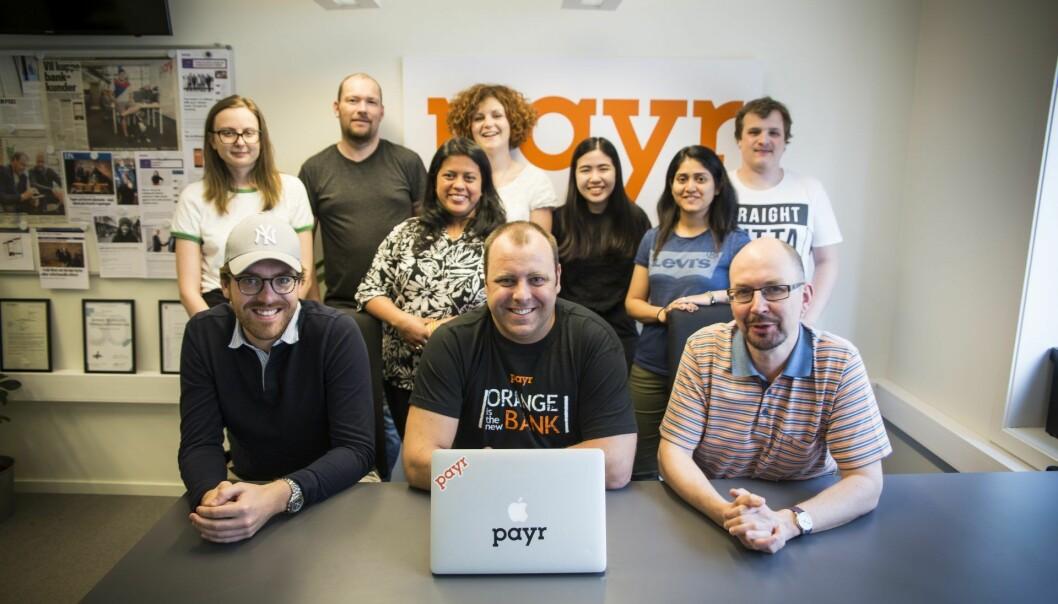 Partneransvarlig Christoffer Olsen (til venstre) forteller om samarbeidet med Bulder Bank. Her sammen med deler av Payr-teamet. Foto: Per-Ivar Nikolaisen.