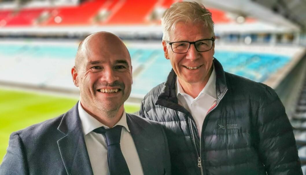 Kåre Bottolfsen i TicketCo og Leif Øverland i Norsk Toppfotball. Foto: Thomas Torjusen