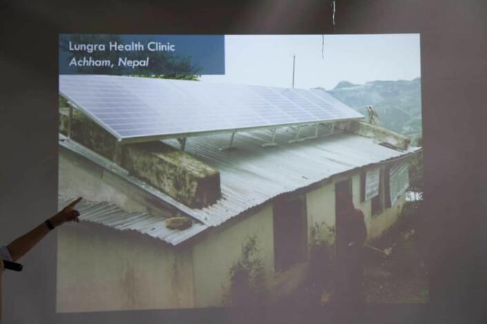 På denne fødestua, som tar i mot 100 barn i året, hadde de hverken medisinsk utstyr eller strøm og på kvelds- og nattestid måtte jordmødrene ta i mot barn med en lommelykt i munnen, før de fikk installert et solceller på taket,