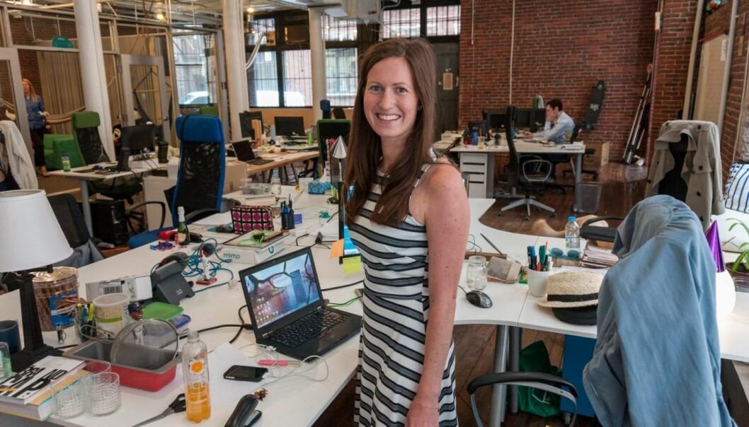 Marie Mostad på arbeidsplassen sin i Boston i USA. Startupen hun jobbet i heter Rest Devices og produserer en smart baby-monitor. FOTO: PRIVAT