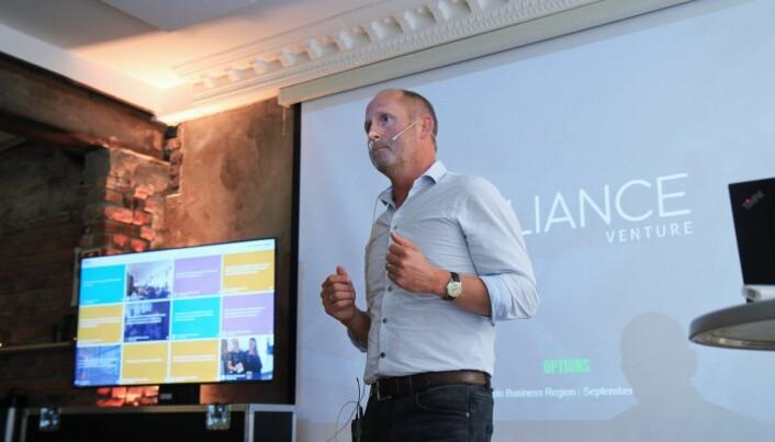 Johan Gjesdahl, partner i Alliance Venture forklarer opsjoner for en fullsatt sal på Mesh i Oslo. Foto: Lucas H. Weldeghebriel