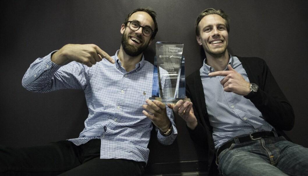 Håvard Landrø Nilsen og Axel Sjøstedt i Cloud Insurance med premien fra True Global Ventures. Foto: Per-Ivar Nikolaisen