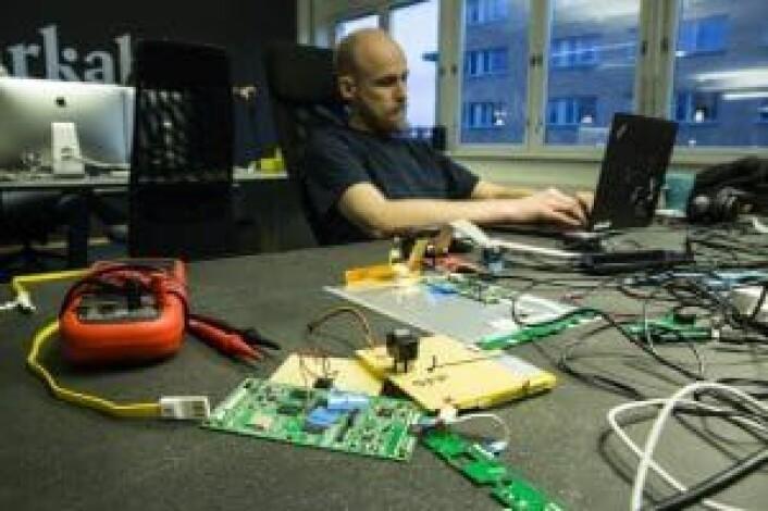 CTO Martin Sandsmark og det rette utstyret for en hardwarestartup.. Foto: Per-Ivar Nikolaisen