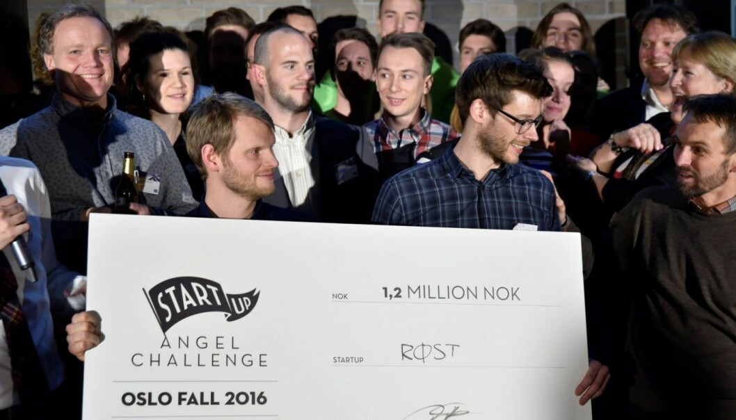 BAK SJEKKEN: Trond og Sverre Simonsen mottar en sjekk på 1,2 millioner kroner etter at de vant tirsdagens Angel Challenge-finale. Foto: Angel Challenge.