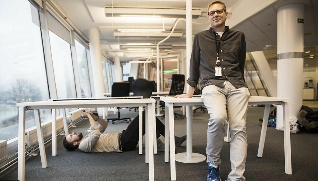 CTO Marius Aabel og Jon Lind Onstad (skruende) i No Isolation på plass i nye lokaler . Foto: Per-Ivar Nikolaisen