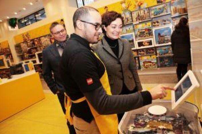Butikksjef Carlos Fernandez, Kim Hindsgaul (t.v.) og Marianne Hindsgaul viser frem Bubbly i Lego Store på 5th Avenue. Foto: Julie Evensen