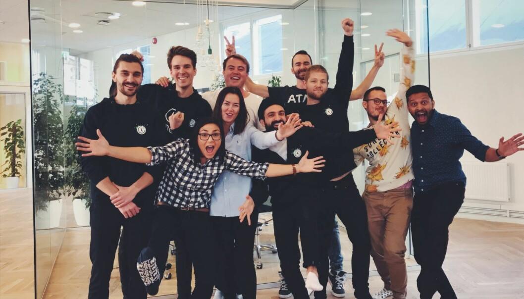 TEAMET: Dette er teamet bak Timely. Gründer Mathias Mikkelsen er nr 3 fra venstre i bakre rekke. Foto: Timely.