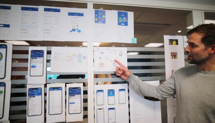 Thomas Allan Nygaard viser noen prototyper på funksjonalitet i mobilbanken.