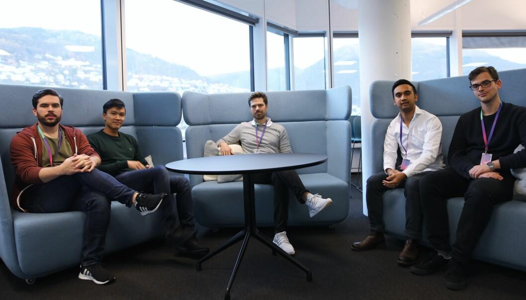 Fra venstre: Per Oscar Andersen (Frontend-utvikler), Tan Anh Le (Tech-lead), Alf Gunnar Andersen (Daglig leder), Rina Andriana (Fullstack-utvikler), Runar Tistel (Fullstack utvikler). Arkivfoto: Lucas Weldeghebriel