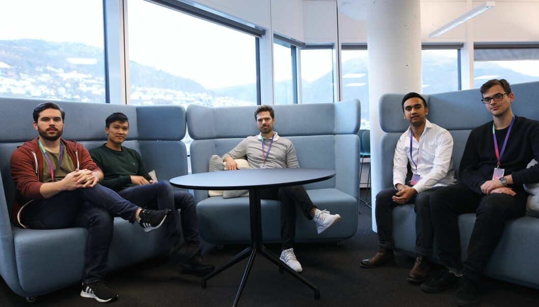 Fra venstre: Per Oscar Andersen (Frontend-utvikler), Tan Anh Le (Tech-lead), Alf Gunnar Andersen (Daglig leder), Rina Andriana (Fullstack-utvikler), Runar Tistel (Fullstack utvikler).