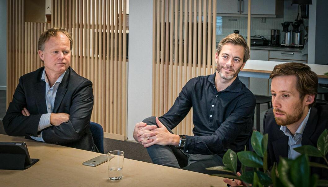 Gründer Andreas Thorsheim (midten) i Otovo selger aksjer for 10 millioner. Her med porteføljeforvalter John Harald Henriksen (t.v.) i KLP Kapitalforvaltning og investeringsdirektør Eivind Egeland Olsen i Nysnø klimainvesteringer.