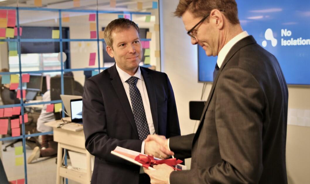 """Innovasjon Norge-sjef Håkon Haugli overleverte Menon-rapporten til Venstres """"gründerpolitiker"""" Terje Breivik på No Isolations kontorer onsdag."""