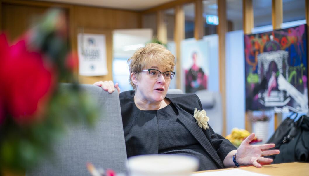 Venstreleder og daværende kultur- og likestillingsminister Trine Skei Grande på sitt kontor.