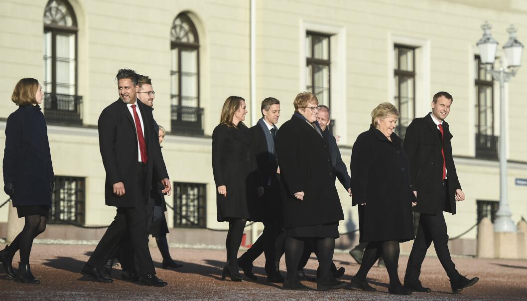 Regjeringen på Slottsplassen etter statsråd på Slottet i Oslo fredag.