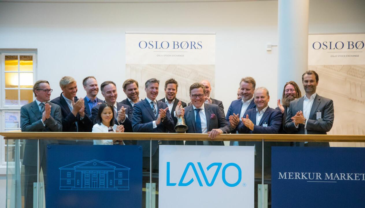 Gründer Tom Roger Sokki ringte i bjella da Lavo ble tatt opp til handel på Merkur Market 20. juni 2018. Da hadde børsen krevd hans avgang fra alle lederposisjoner i selskapet.