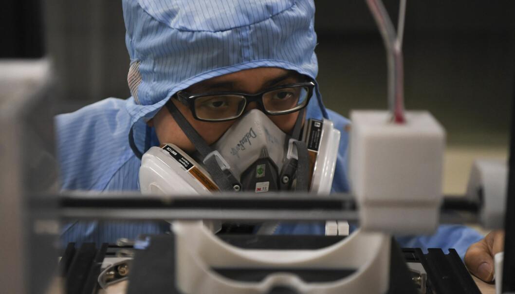 Flere fabrikker i Kina er stengt, mens noen jobber på spreng for å lage medisinsk utstyr for å bekjempe virusutbruddet.