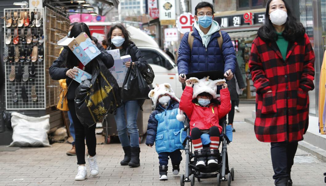 Både virusfrykt og forurensing gjør at masker blant familier i Sør-Korea for tiden.