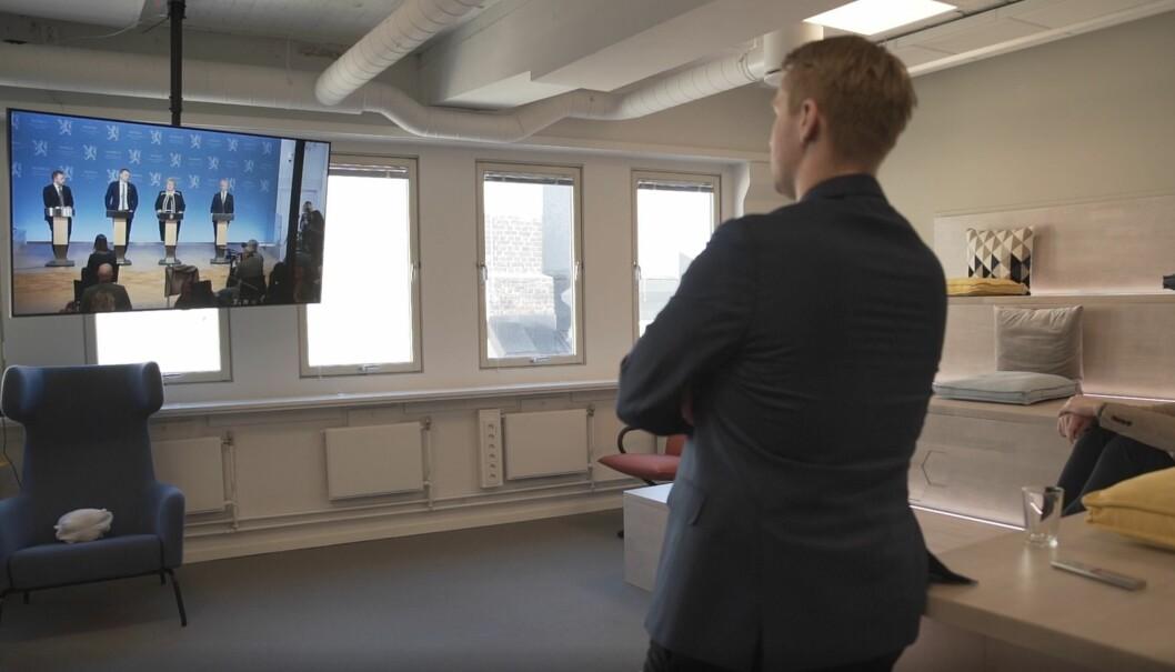 Søbyskogen ser på pressekonferansen med regjeringen.