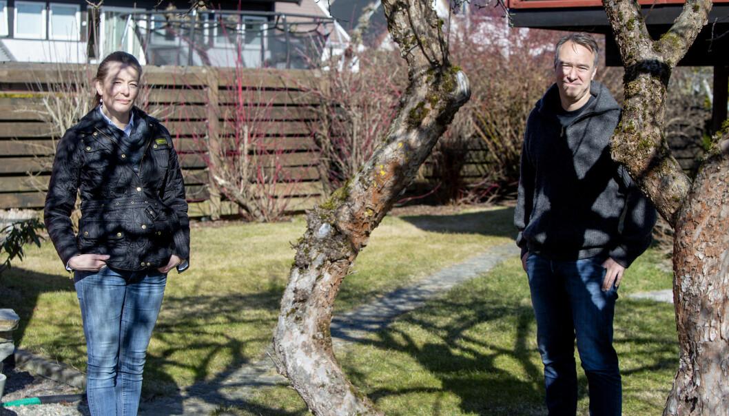 Kathrine Myhre i Norway Health Tech og Anders Eikenes i Oivi holdt god avstand da de møtte hverandre utenfor Myhres hjemmekontor på Jar torsdag.