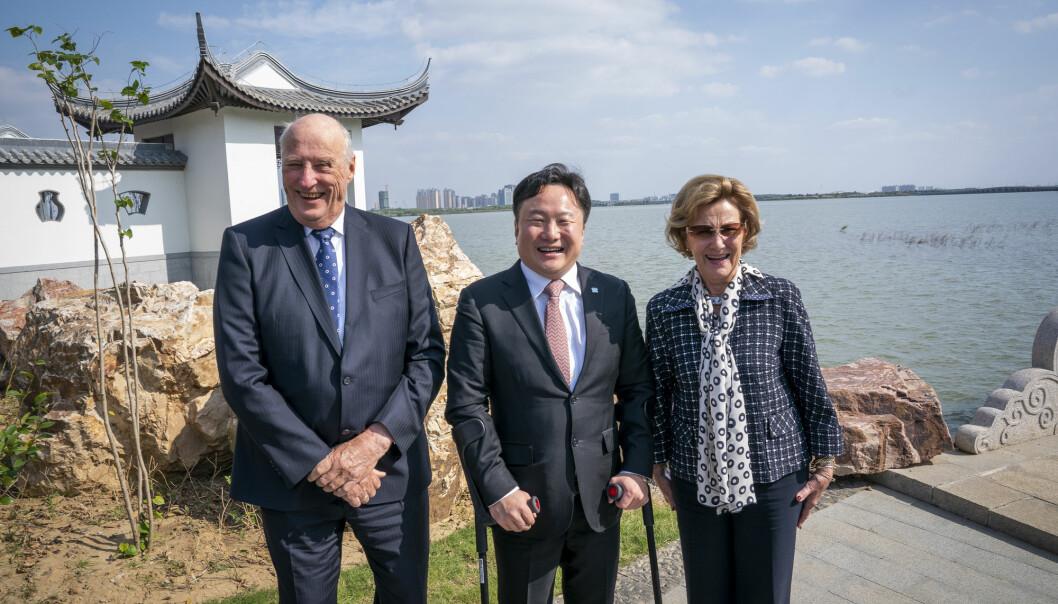 Kong Harald og dronning Sonja besøkte United World College i Changshu 110 km vest for Shanghai i 2018, 21 år etter at de møtte grunnlegger og styreformann Mark Jiapeng Wang for første gang.