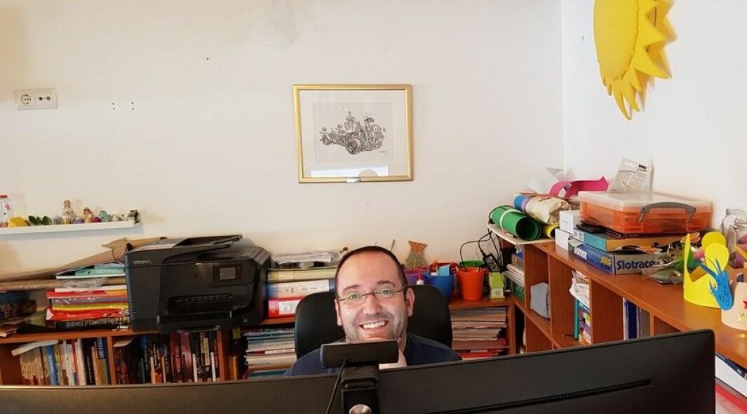 André Alves leder digitaliseringen i Østre Toten - fra dette hjemmekontoret i Portugal. På syv dager laget han en ny digital verktøykasse i forbindelse med coronakrisen.