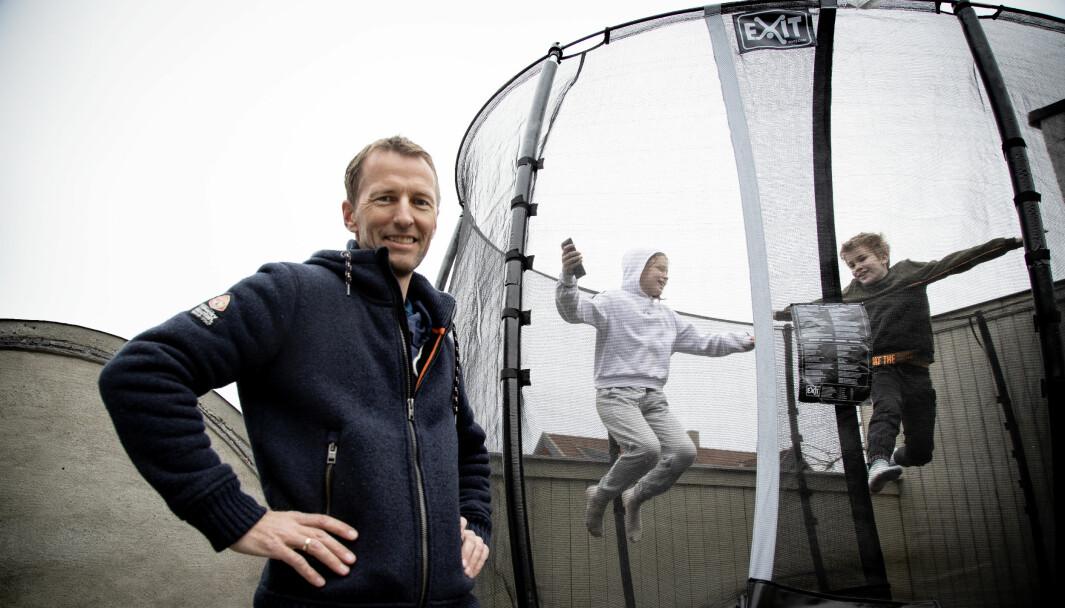 Medgründer Jarle Nordby-Bøe i Playfinity. I bakgrunnen Oskar og Marte Johansson Mykle