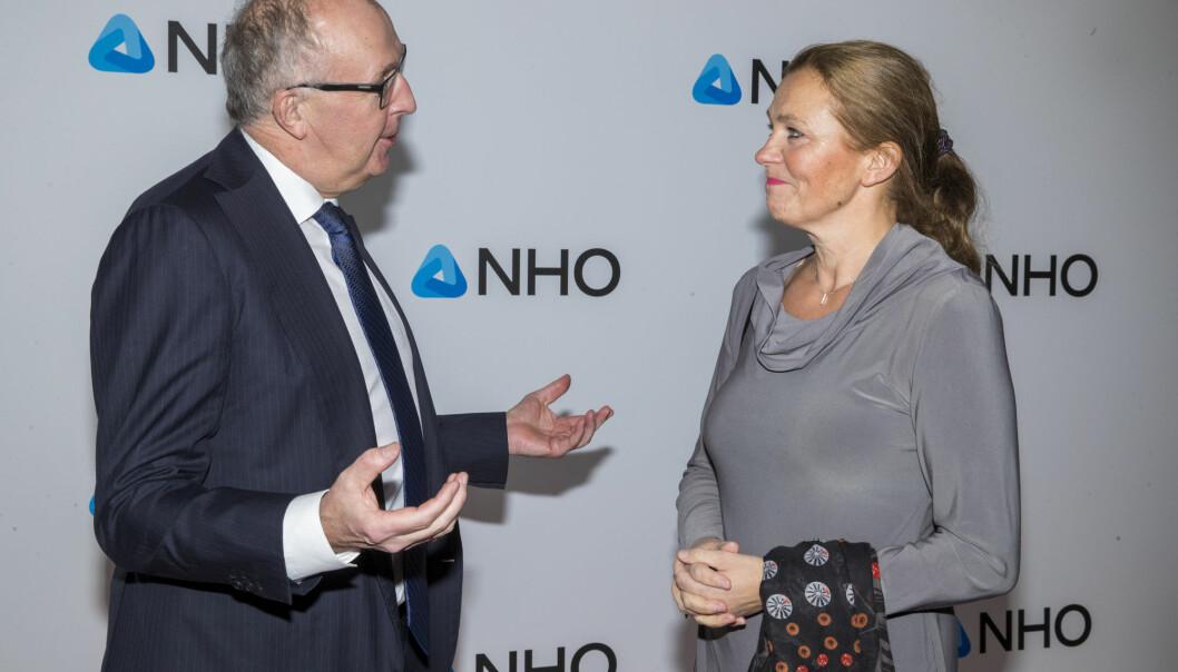Alexandra Bech Gjørv vil at flere aktører i det etablerte næringslivet, her ved NHO-president Arvid Moss, blir kunder av startups.