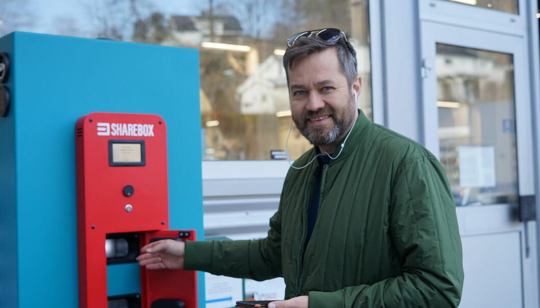 CEO i Sharebox Arne Eivind Andersen foran skapet som nå skal benyttes i et nytt bilutleie-konsept på amerikanske flyplasser.
