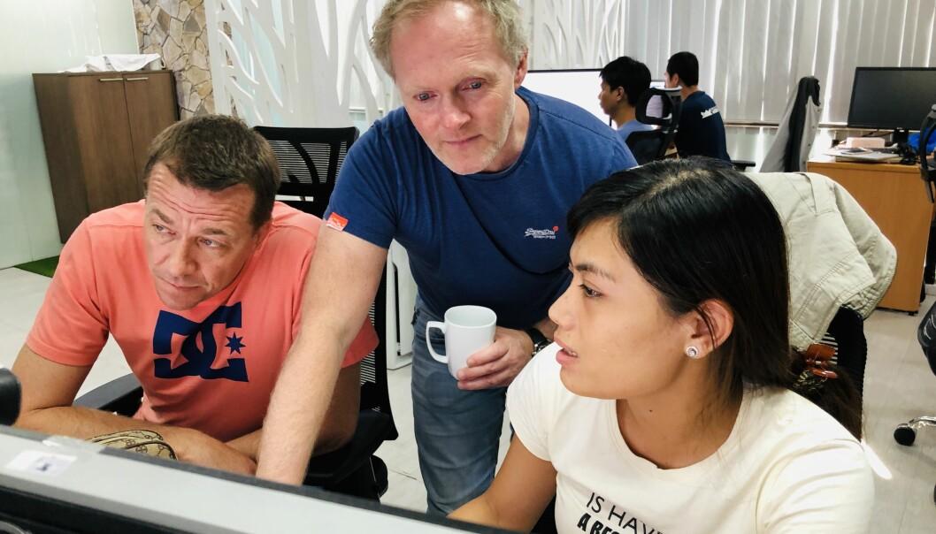 Seniorrådgivere Jan Erik Hagen (sittende), Martin Hauge (stående) og Thao Tran, Senior QA i Imatis (heltid, fast) ekstern ansatt i Imatis AS.