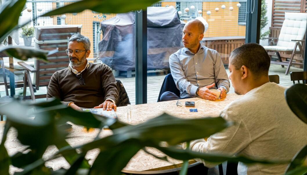 Wasim Rashid (CTO) og Emil Eriksrød, konsernsjef i R8 Property. Daniel Bentes med ryggen mot.